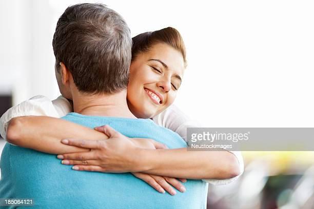 Glückliches Paar umarmen