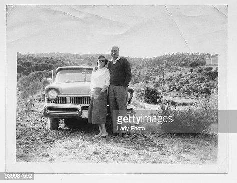 Pareja feliz en 1950 con el coche : Foto de stock