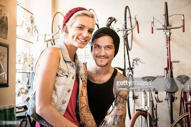 Glückliches Paar auf dem Fahrrad Store