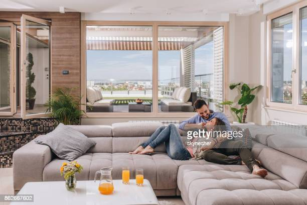愛ソファーで休んでいると、通信で幸せなカップル。