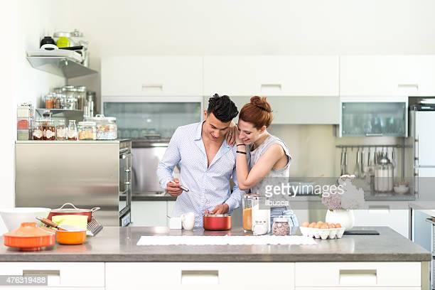 Casal feliz na sua nova Cozinha