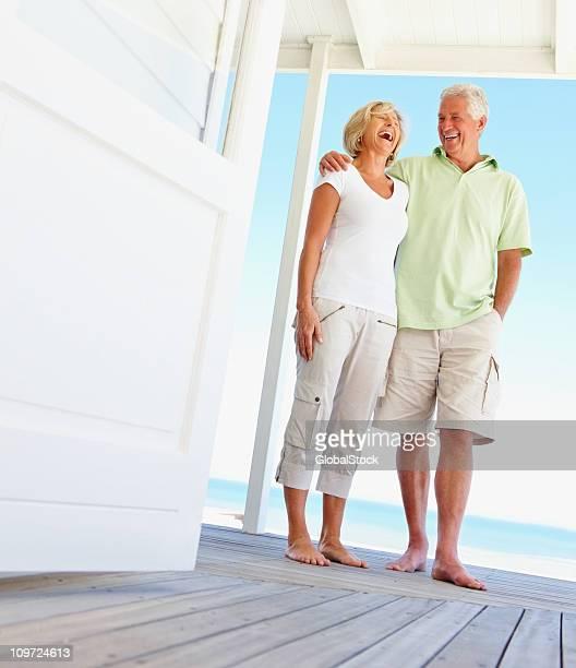 Heureux couple rire ensemble en vacances