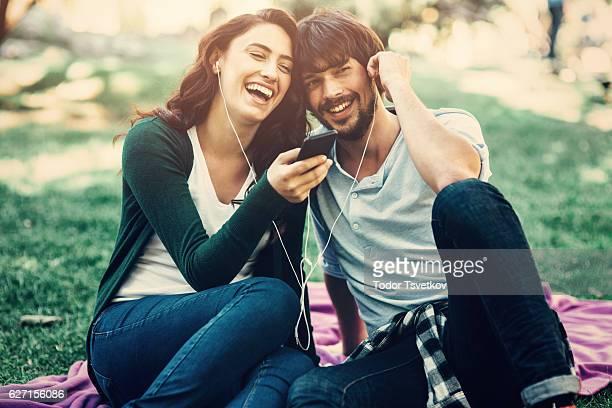 Coppia felice ascoltare musica