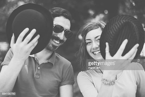 Heureux couple Regardant l'objectif