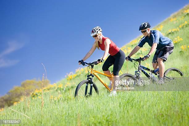 Glückliches Paar Mountainbike-zusammen
