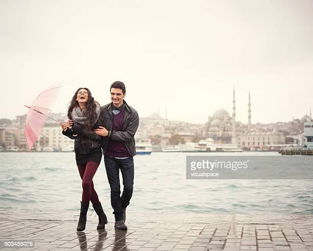 Glückliches Paar an einem regnerischen Tag In der Türkei