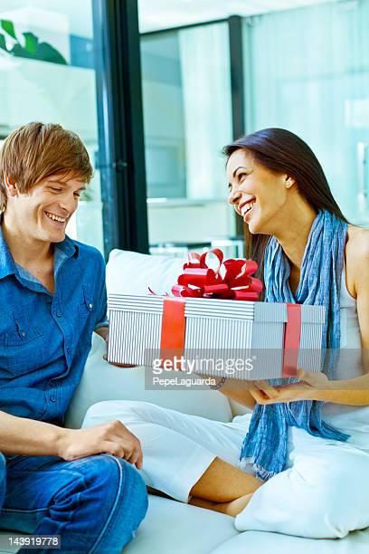 Heureux couple ouverture présent