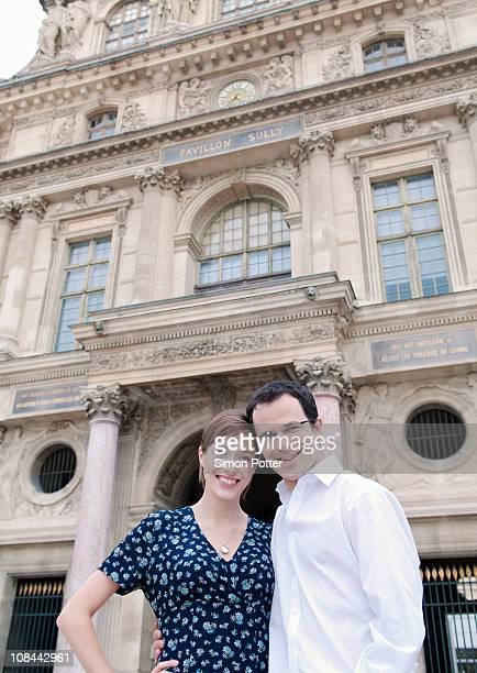 couple heureux à l'extérieur du Louvre à Paris