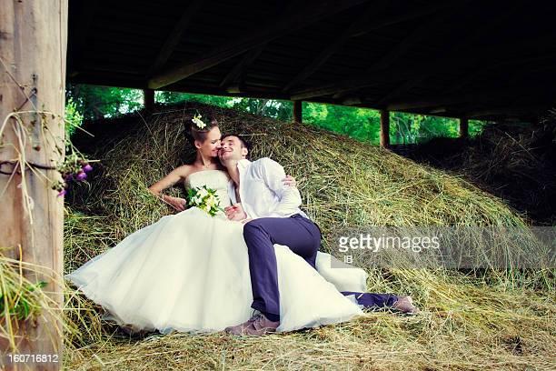 Heureux couple de détente dans le hayloft