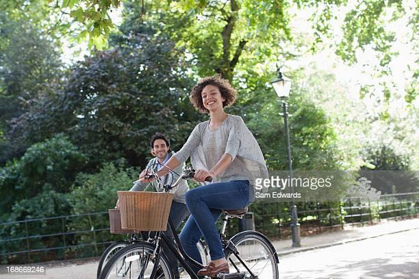 Glückliches Paar Reiten Fahrräder im park