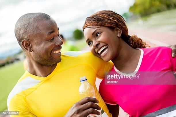 Feliz pareja corriendo