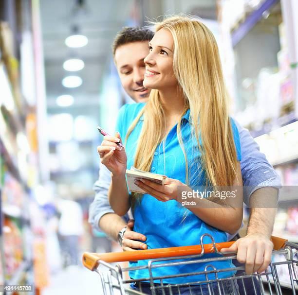 Glückliches Paar Einkaufen im Supermarkt.