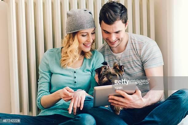 Heureux Couple de Shopping en ligne avec tablette.