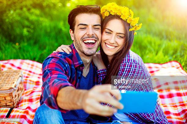 Glückliches Paar ein selfie aufnehmen mit Handy im Picknick.