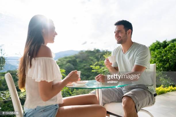 Couple heureux voyage et avoir une tasse de café à l'hôtel
