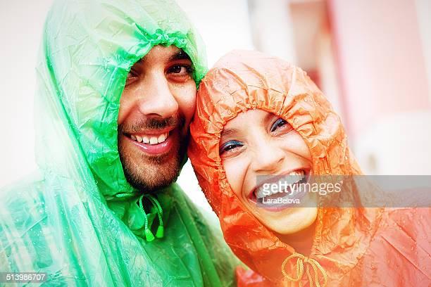 Glückliche Paar unter dem Regen