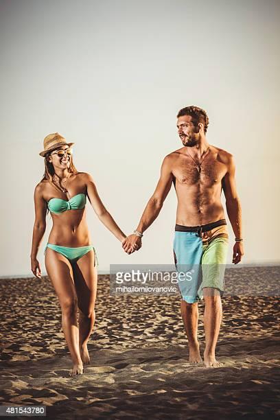 Heureux couple marchant sur la plage