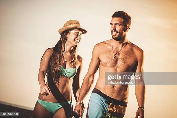 Glückliches Paar zu Fuß am Strand
