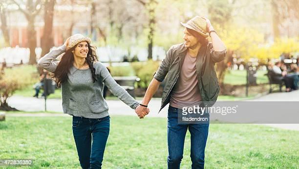 Coppia felice a piedi al parco