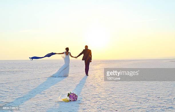 幸せなカップル walking on snow