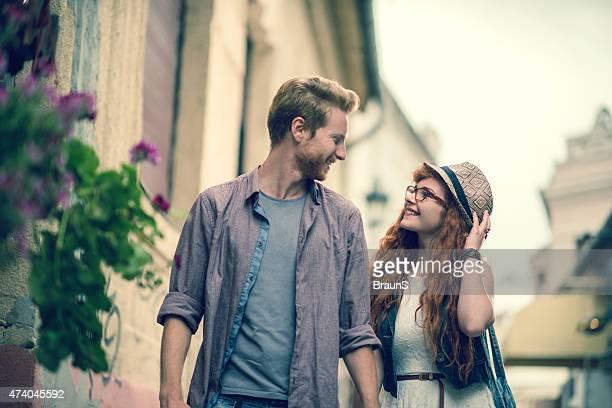 Glückliches Paar zu Fuß auf der Straße und Kommunikation.