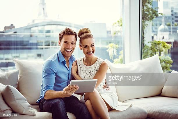 Casal feliz com um tablet digital
