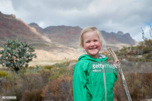 Happy Girl Cute avec bâton de randonnée