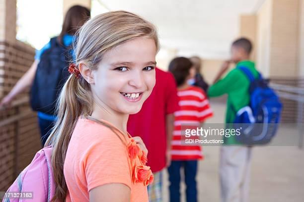 Glücklich niedliche kleine Mädchen Grundschüler außerhalb der Schule