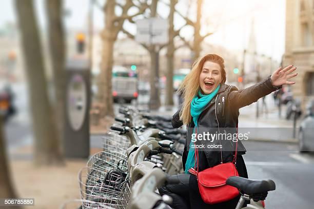 Heureux jour sur mon vélo dans la ville