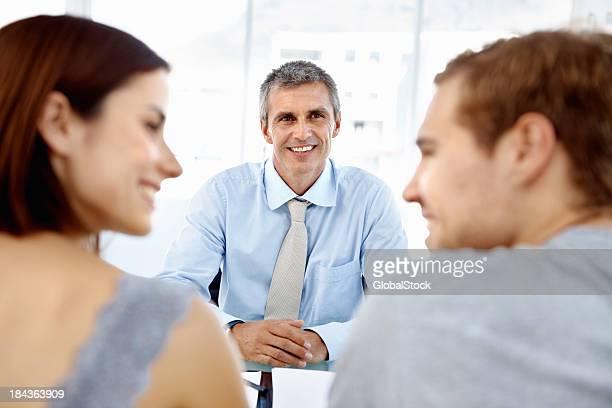 Happy Gespräch zwischen Vermögensberatung und Kunden