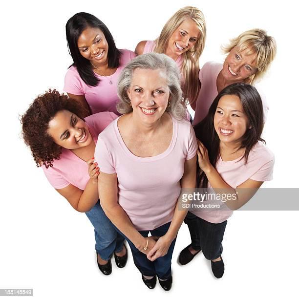 Felice svariato gruppo di donne guardando sopravvissuto al cancro amico
