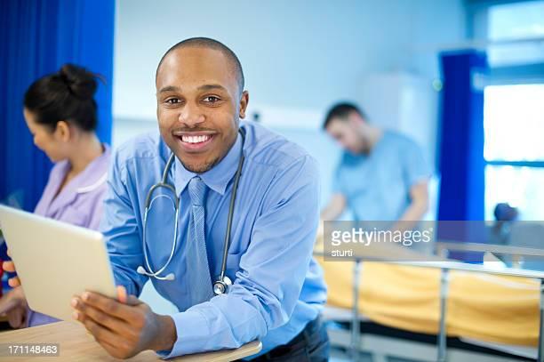 Médico feliz en una concurrida ward