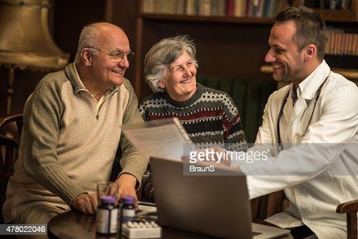 幸せな人から話題に年配のカップル医師に関する医療文書。