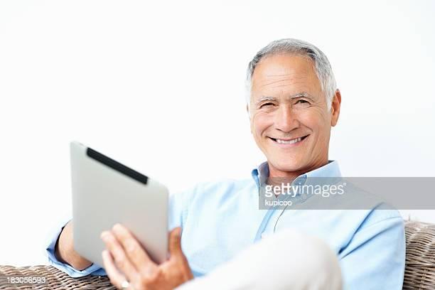 Heureux vieillard tenant une tablette sur fond blanc