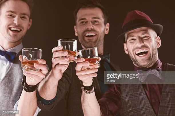 Feliz com homem elegante Tostar whiskey