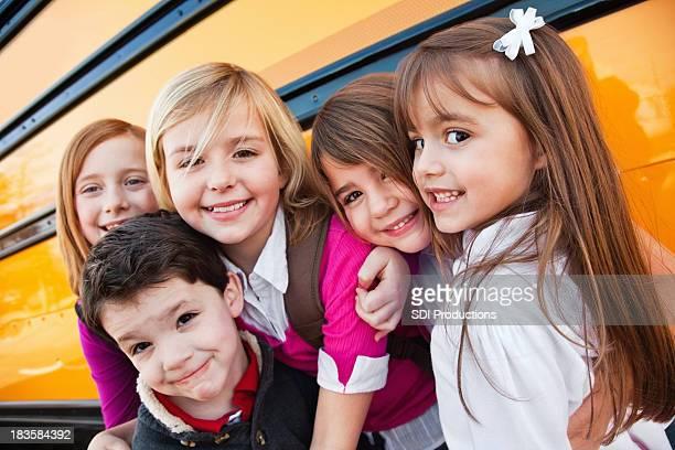 Happy Elementary Alter Freunde der in School Bus