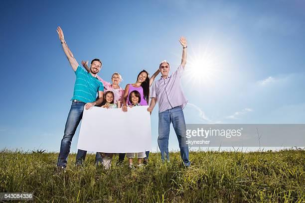 Glückliche Familie festhalten leer banner in Natur.