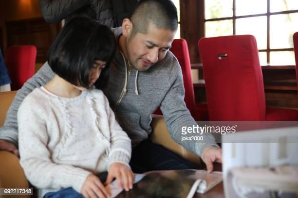 カフェで幸せな家族