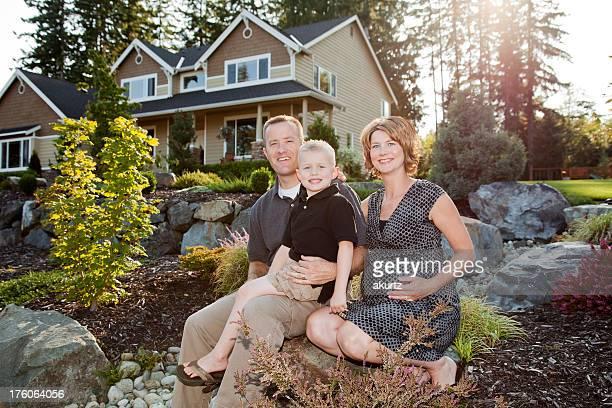 Família feliz em casa ao ar livre