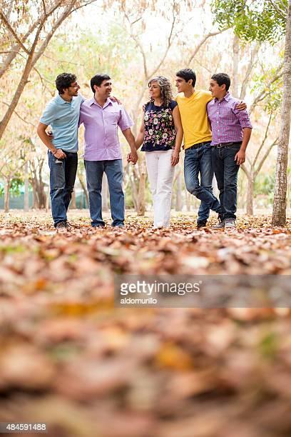 幸せな家族での散歩