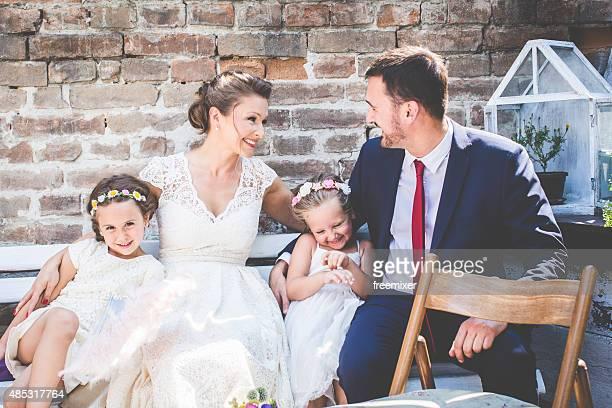 Famille heureuse de mariage