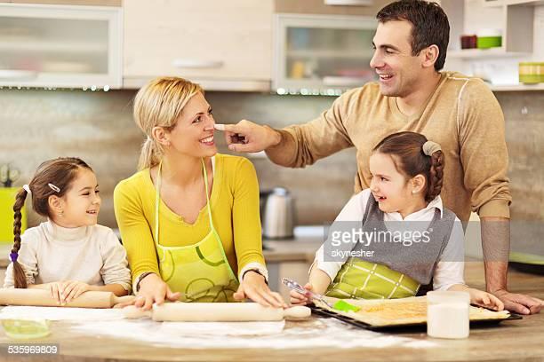 Glückliche Familie Backen zusammen.