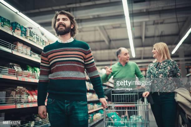 Glückliche Familie Kauf von Lebensmitteln im Supermarkt