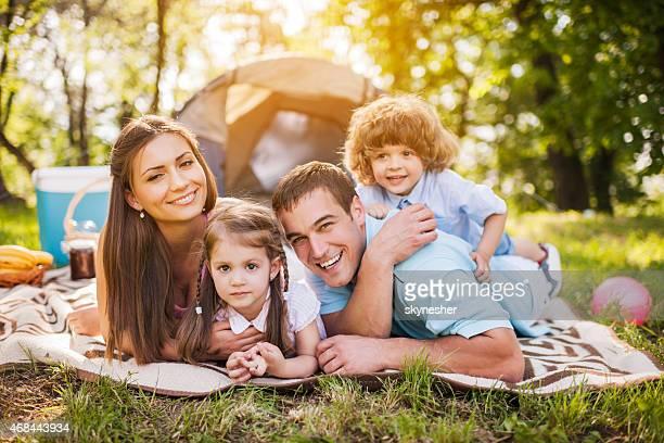 自然の中にる幸せな家族のキャンプ。