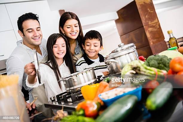 Glückliche Familie kochen zusammen