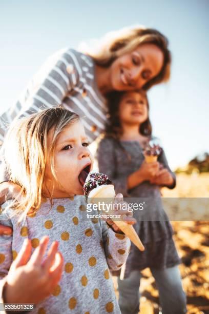gelukkige familie de icecream eten op het strand