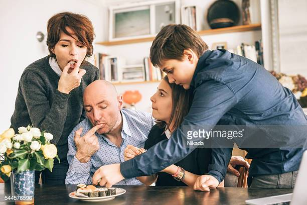Heureuse famille appréciant un en-cas en famille