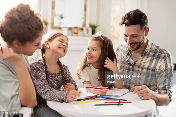 Famille heureuse à la maison en profitant de l'élaboration commune.