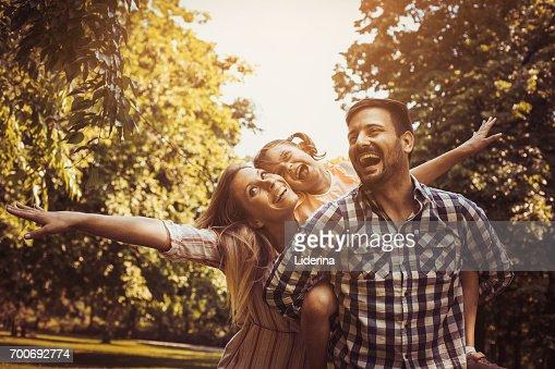 Feliz familia disfrutando juntos en día de verano. Familia en la naturaleza. : Foto de stock