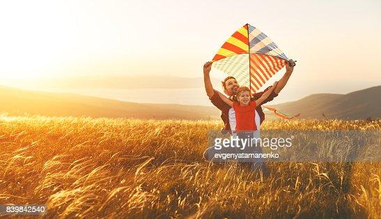 glückliche Familie Vater und Tochter starten Kite auf Wiese : Stock-Foto